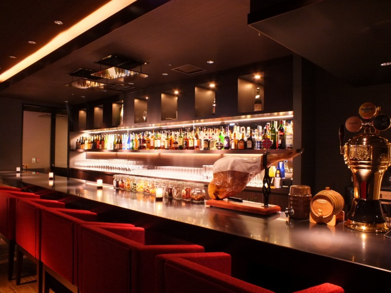 The bar counter with carefully chosen brands of wines from across the world.