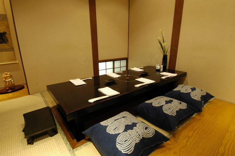 Table/Horigotatsu (sunken floor with table) style private rooms available!