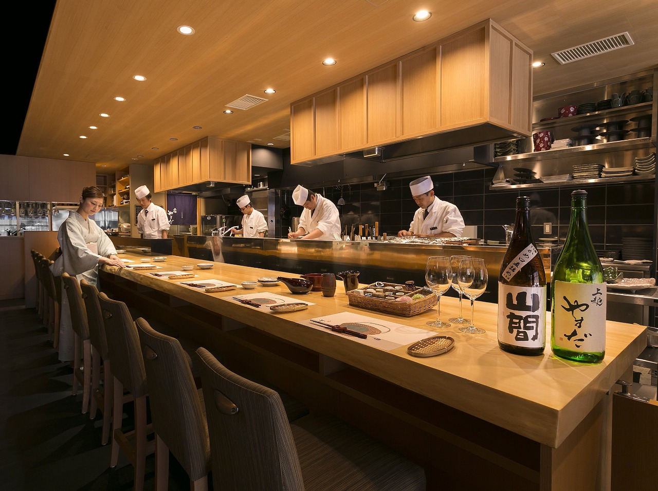Popular counter seats from where you can enjoy viewing the chefs' professional skills