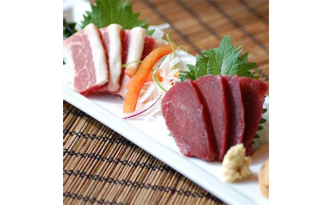 Two varieties of Kumamoto-produced horse meat sashimi