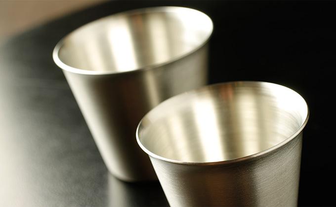 Enjoy sake in a tin glass, a luxurious vessel for sake!