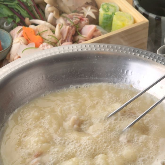 鸡肉火锅 服务员现场帮助烹调