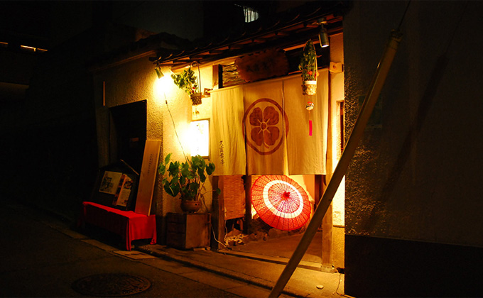 Our restaurant is close to Bishamonten Zenkokuji, Kagurazaka's famous temple.